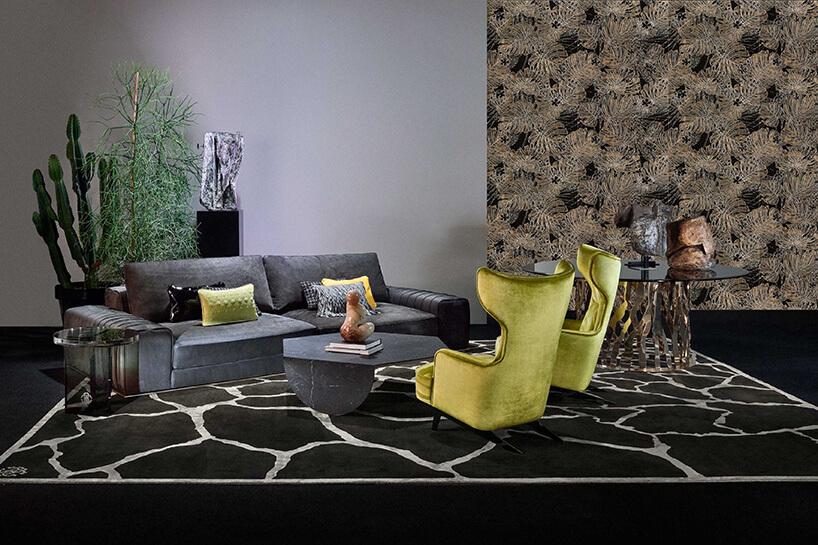 foto tapeta zwzorzystym materiałem wpomieszczeniu zoliwkowymi fotelami