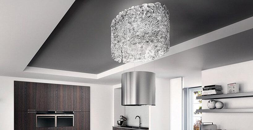 wysoki srebrny podwieszany okap wnowoczesnej kuchni