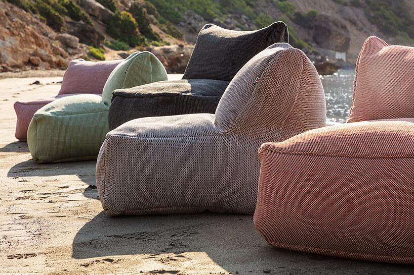 pięć kolorowych puf materiałowych na mokrej plaży nad morzem