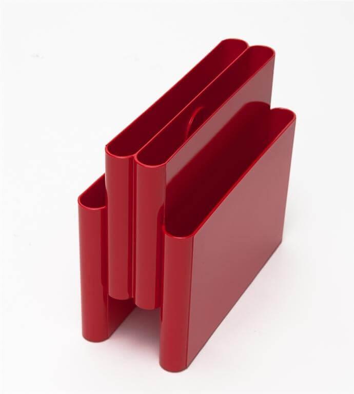 czerwony gazetnik zplastiku
