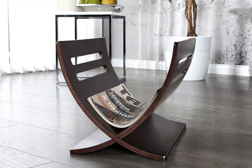 brązowy drewniany gazetnik na ciemnej podłodze