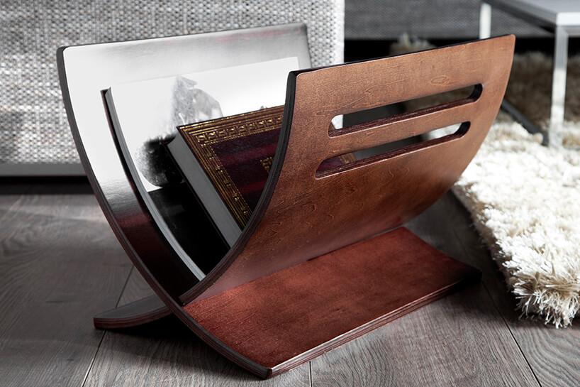 brązowy drewniany gazetnik na szarej podłodze