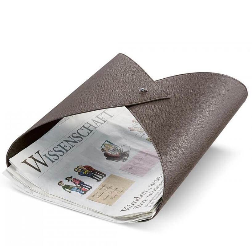 brązowy gazetnik zplastiku spinany na guzik