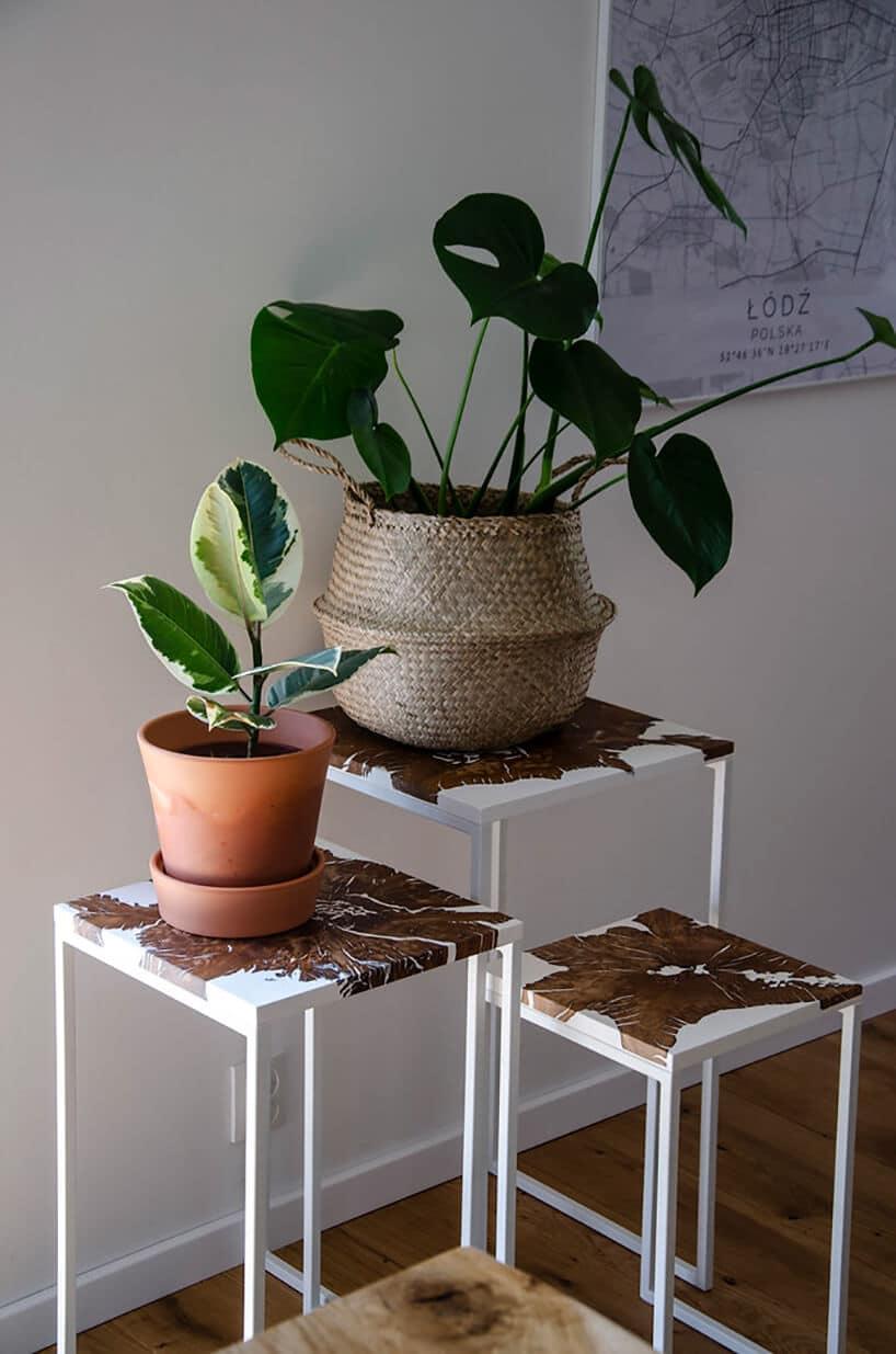 metalowe stojaki na kwiaty zdoniczkami iroślinami