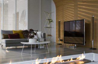 nowoczesna aranżacja salonu z dużym telewizorem