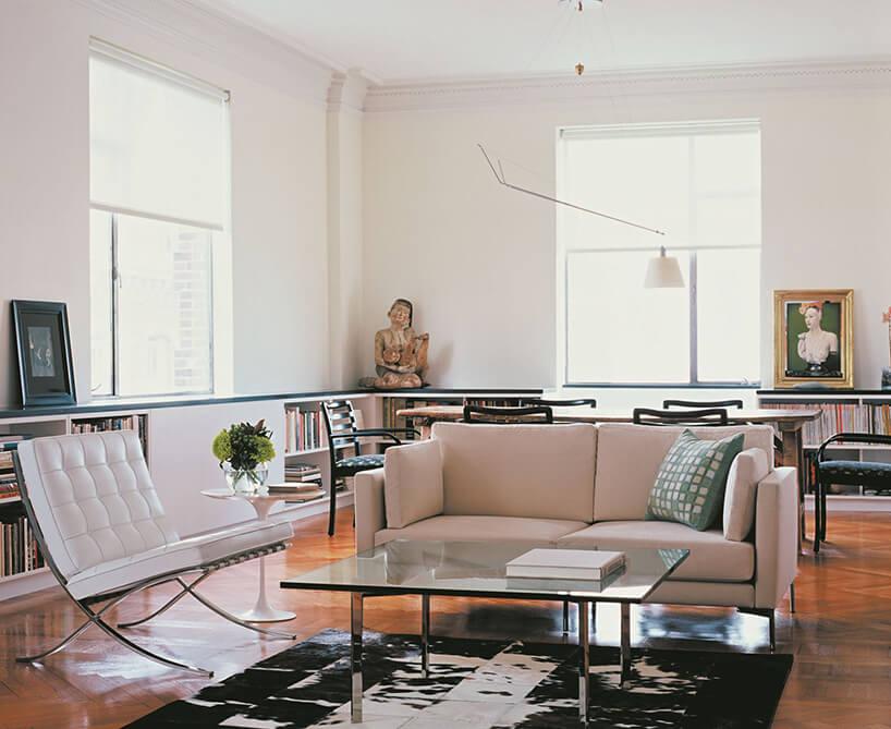 jasne wnętrze eleganckiego salonu zbiałym krzesłem Barcelona Chair