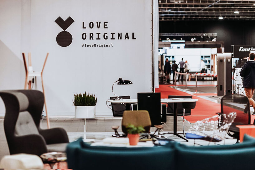 kilka oryginalnych eleganckich mebli na stoisku znapisem #loveOriginal