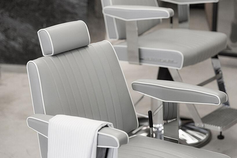 szary fotel fryzjerski zbiałym obszyciem