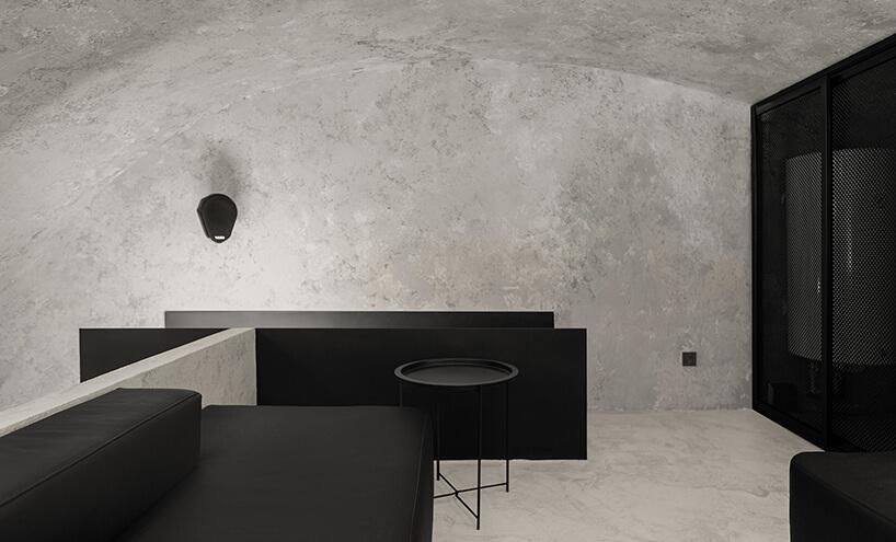 czarne siedziska we wnętrzu zowalnym sufitem