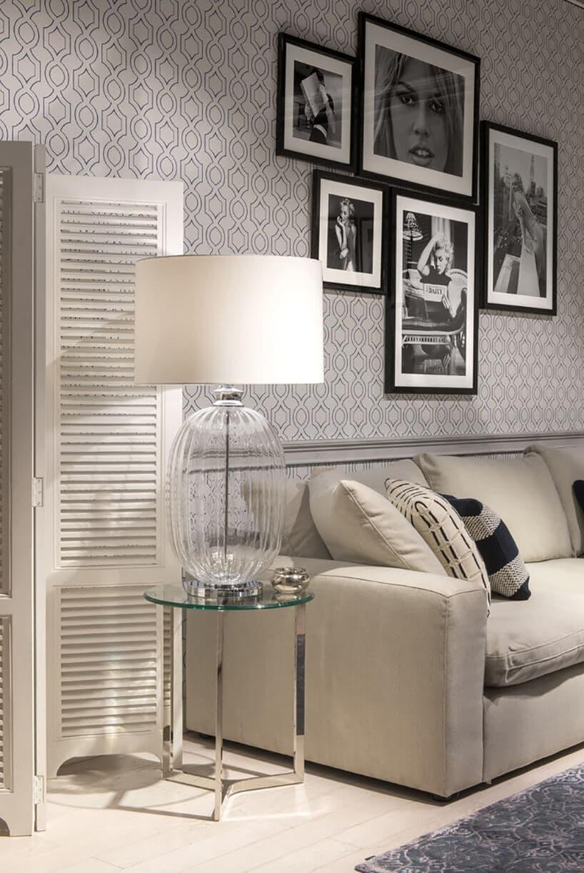 salon zjasno-beżowymi meblami przy wzorzystych szarych ścianach