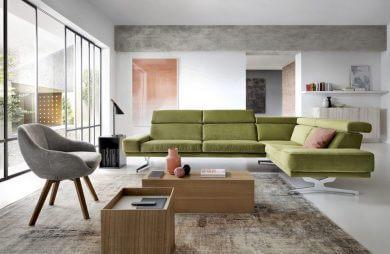 zielona sofa narożnik w aranżacji przestronnego salonu
