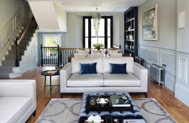 białe eleganckie wnętrze w stylu angielskim z białą sofą z dużą niebieską plisowaną pufą