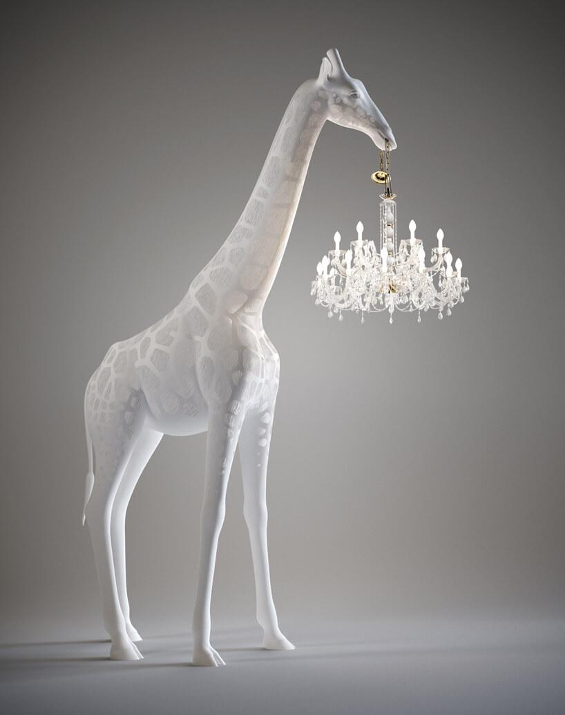 żyrandol od Qeeboo trzymany wpysku białej stojącej żyrafy