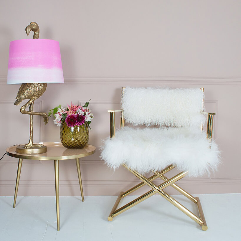 złote krzesło wykończone białym materiałem przypominającym futro niedźwiedzia