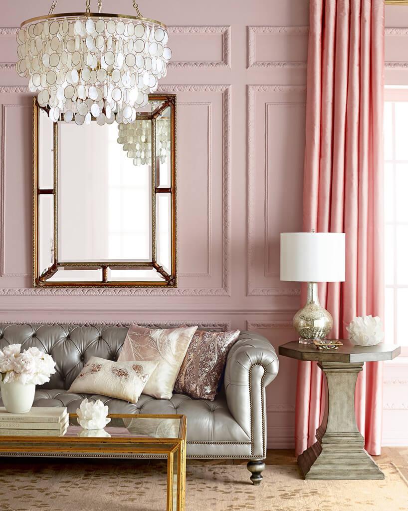 srebrna elegancka sofa tło szklanego stolika wzłotej ramie