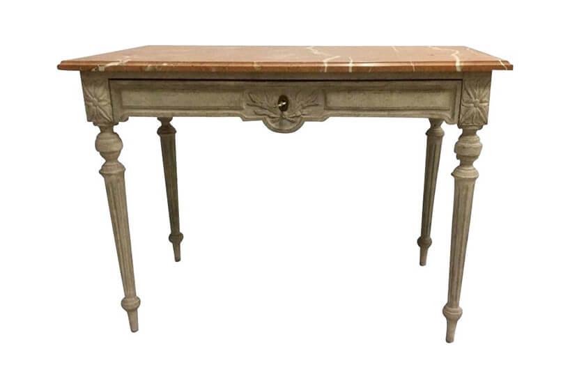 stary dwu kolorowy zdobiony stół zepoki wstylu prowansalskim