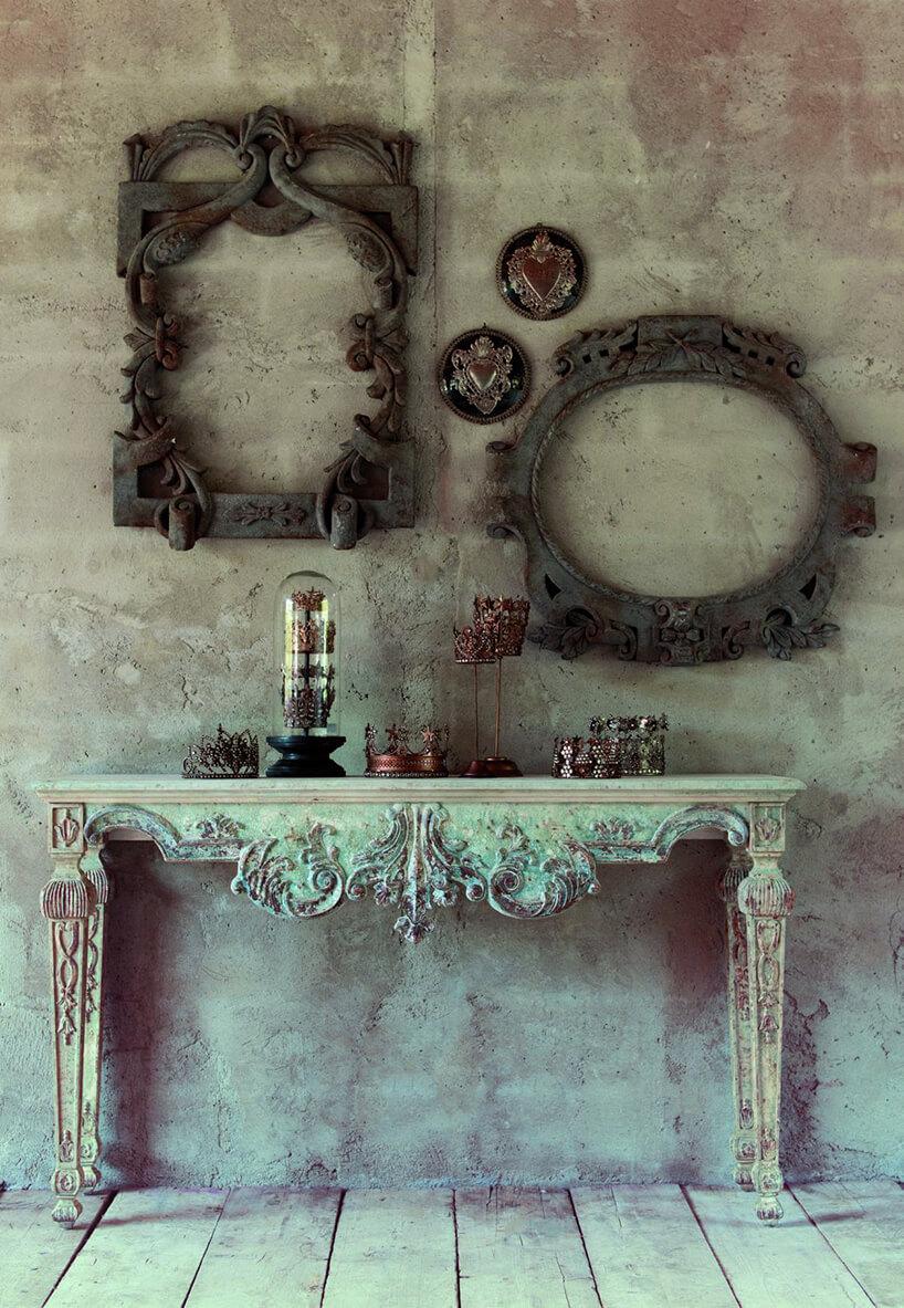 stary zdobiony stół zepoki wstylu prowansalskim zpatyną pod dwoma ramami bogato zdobionymi