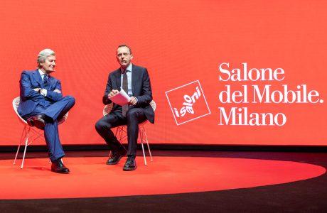 dwóch prowadzących siedzących scenie podczas konferencji prasowej Salone del Mobile 2019