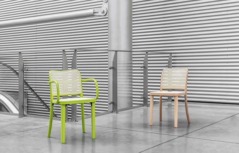 dwa krzesła na tle szarego wnętrza zruchomymi schodami
