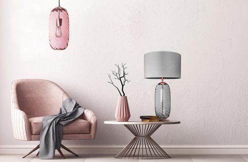 różowy fotel pod różową lampą obok niskiego stolika z lampą i wazonem od Famlight