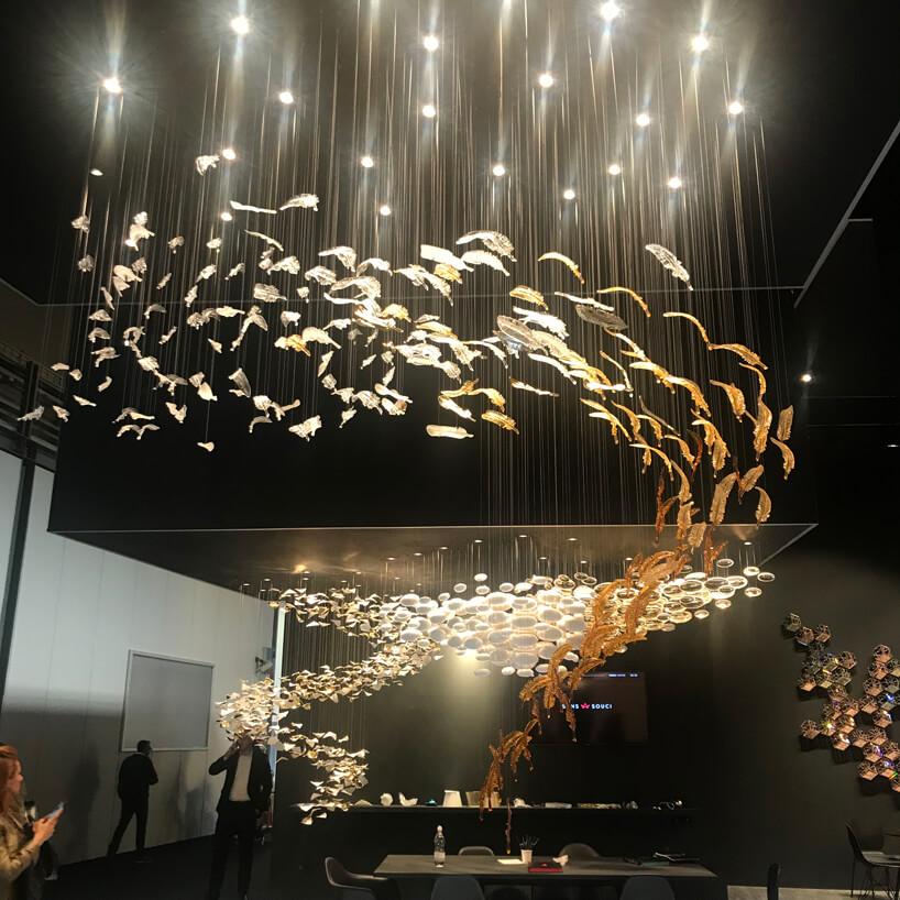 wyjątkowe oświetlenie zzawieszonymi na linkach plastikowych piór
