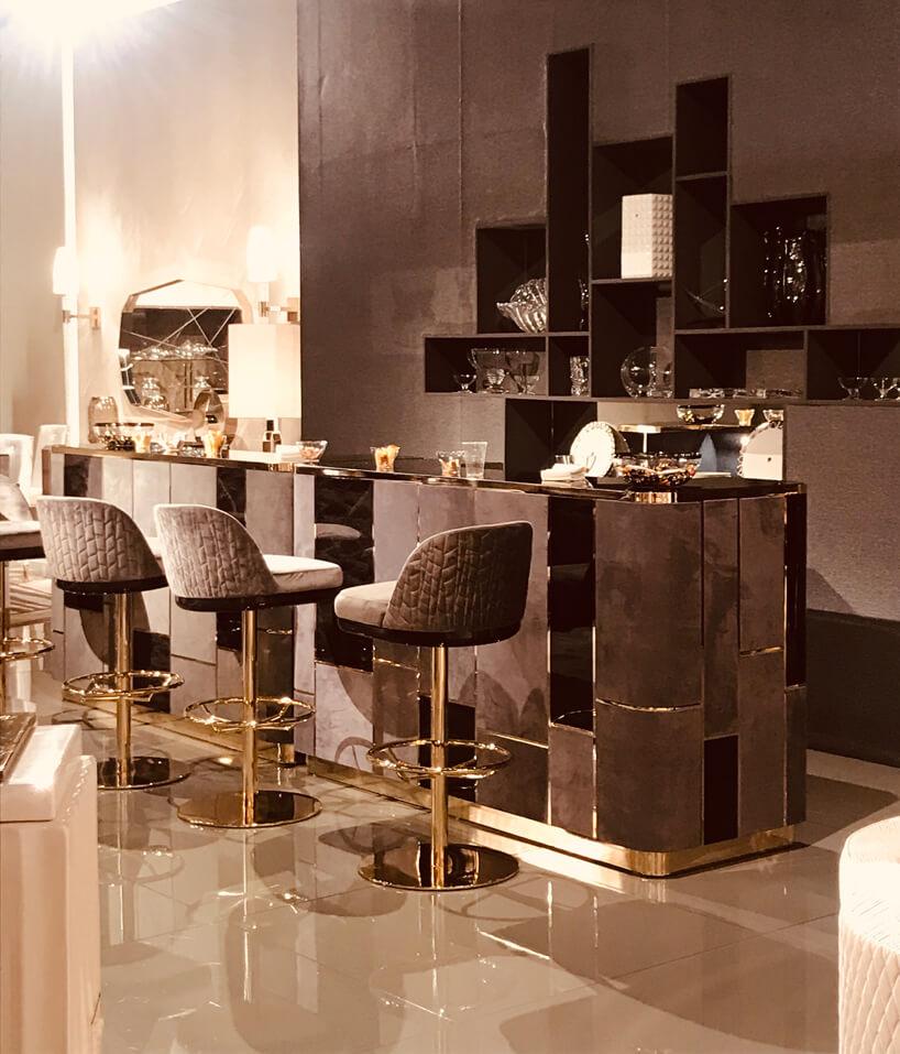 ekskluzywny brązowy mały bar ze złotymi wykończeniami ikrzesłami barowymi glamour