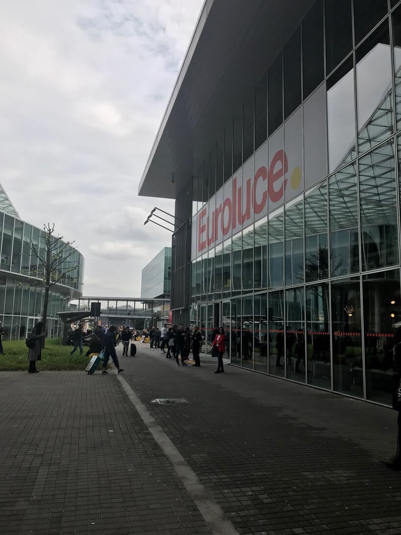 zdjęcie hali zprzeszklonym frontem inapisem Euroluce