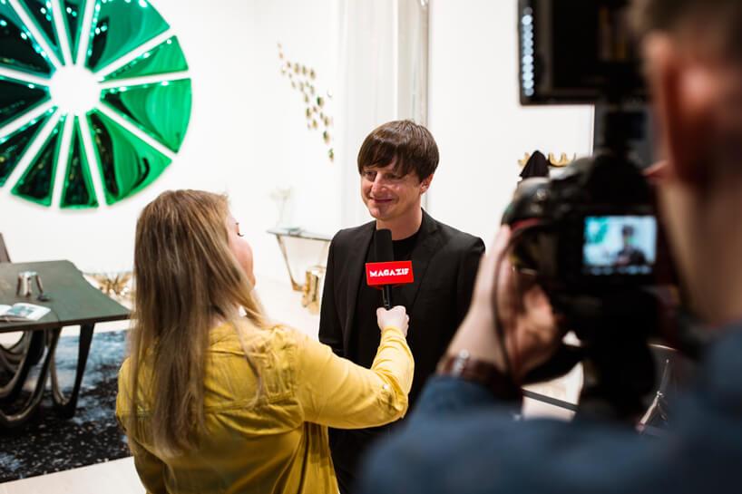Oskar Zięta podczas wywiadu dla MAGAZIF na tle swojego zielonkawego lustra