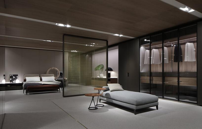 aranżacja sypialni wszarych odcieniach zdużym łóżkiem Poliform
