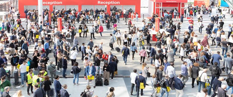 wielu ludzi na placu przed wejściem na Salone del Mobile 2019