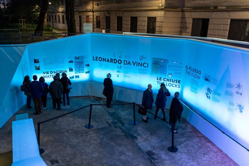 odwiedzający wieczorem ekspozycję zewnętrzną oLeonardo da Vinci na Salone del Mobile 2019