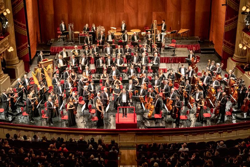 zdjęcie orkiestry podczas okoncertu otwierającego Salone del Mobile 2019