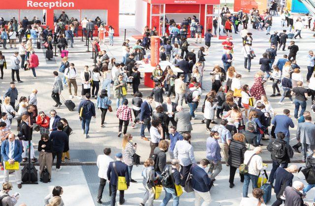 rzesze odwiedzających na placu przed wejściem na Salone del Mobile 2019