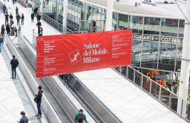 czerwony baner salone del Mobile.Milano 2019 na ruchomymi schodami