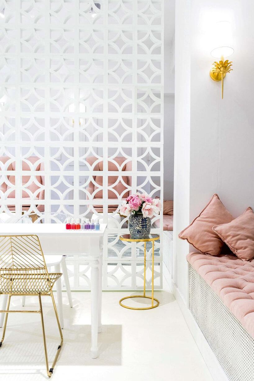 biały salon kosmetyczny ze złotymi iróżowymi akcentami