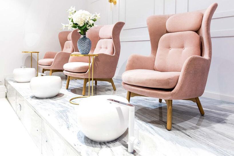 3 różowe fotele wbiałym salonie kosmetyczny