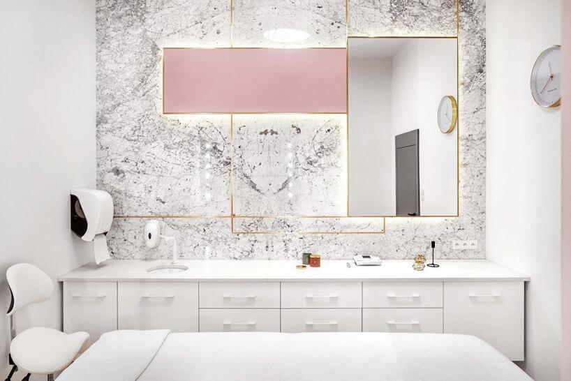 pokój zabiegowy wbiałym salonie kosmetycznym ze złotymi iróżowymi akcentami