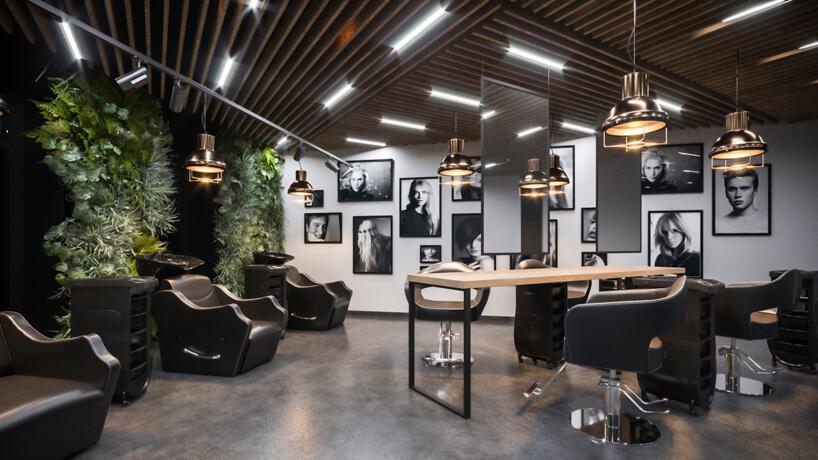 projekt salonu fryzjerskiego wbrązowym kolorze zakcentami zdrewna