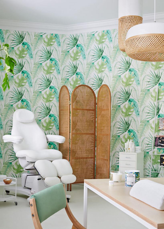 wnętrze biało-zielonego pokoju zabiegowego ztapetą palową