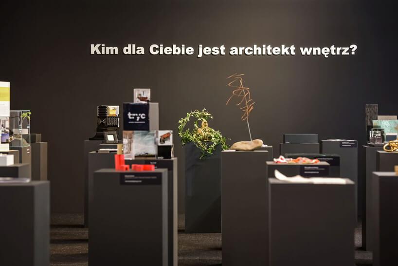 stoisko konkursu SAW podczas Warsaw Home 2019 zwieloma przedmiotami na podestach