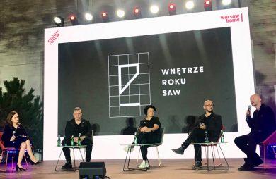pięć osób na scenie na tle czarnego ekranu z biały logotypem Wnętrze Roku SAW