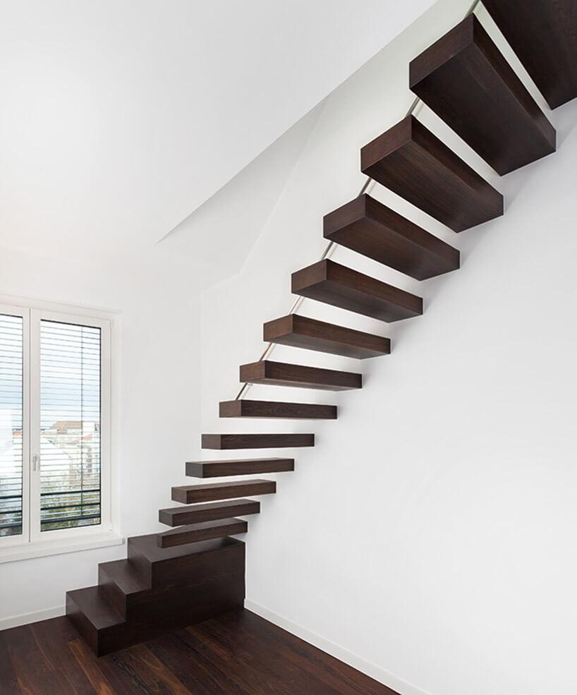 ciemne drewniane schody zpojedynczych stopni