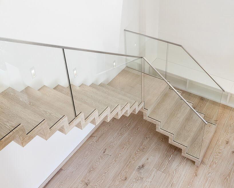 jasne drewniane schody zgóry