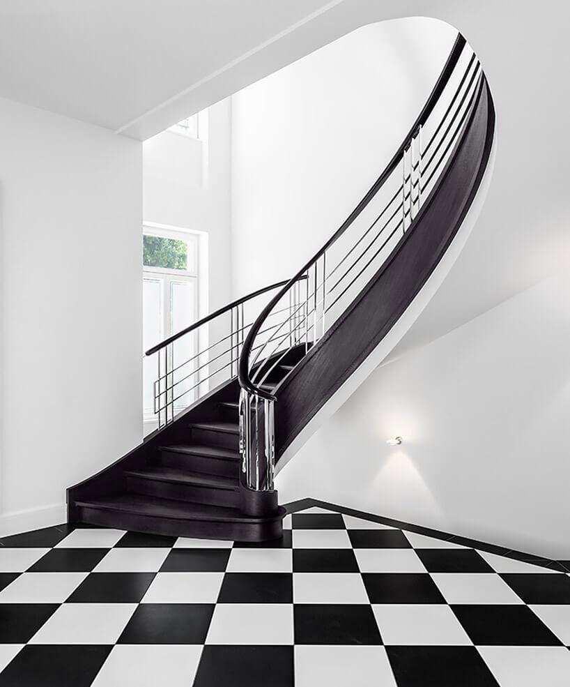 czarne drewniane lekko skręcone schody