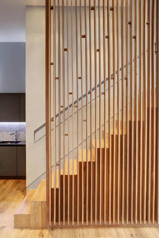 jasno brązowe schody osłonięte pojedynczymi deseczkami