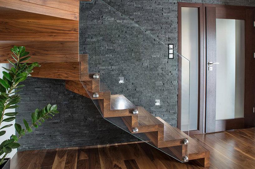 ciemno brązowe schody ze szklana poręczą
