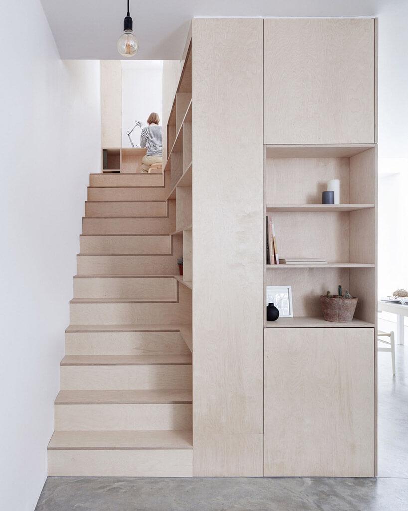 wąskie schody zjasnego drewna