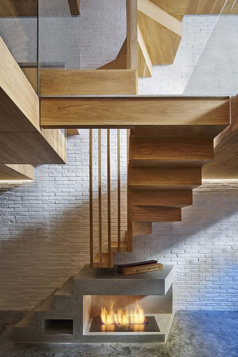 nietypowo łamane jasno brązowe schody