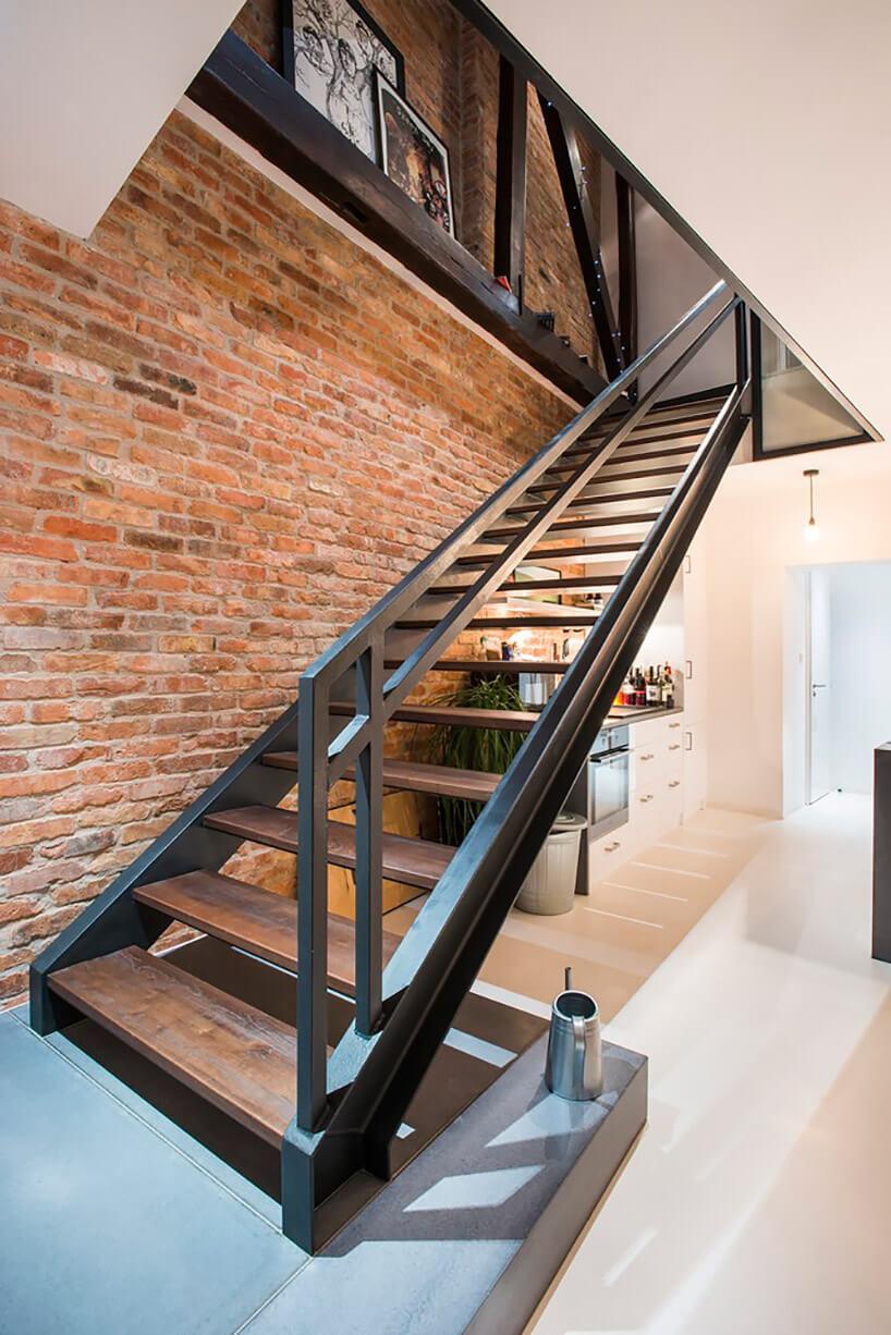 proste schody zdrewnianym stopniami imetalowym stelażem
