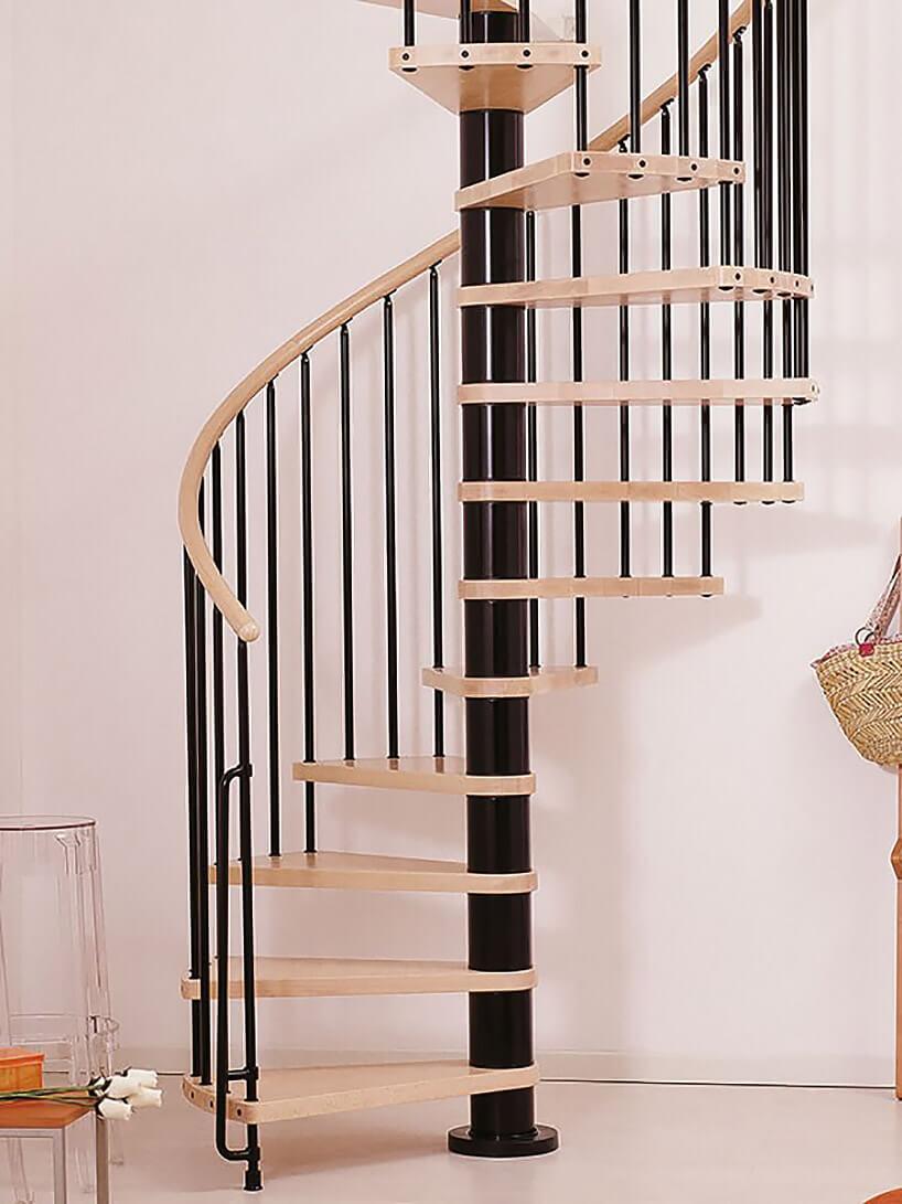 wąskie kręcone schody zdrewnianymi stopniami